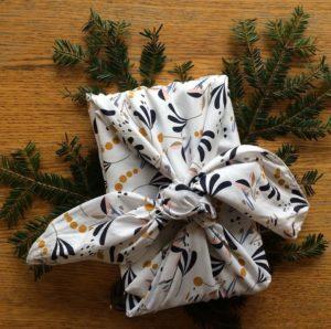 Emballage durable avec un tissu nommé furoshiki