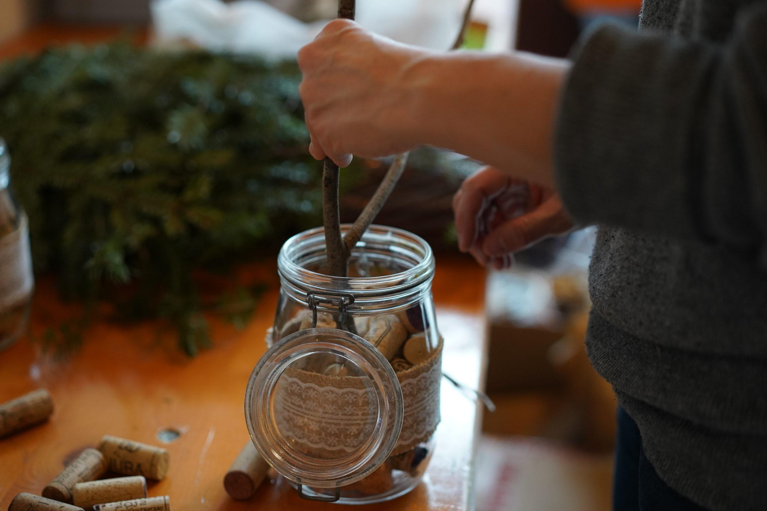 Madame Pepperpote est en train de fabriquer son propre vinaigra de cidre