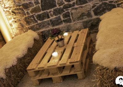 Décoration à base de palettes en bois, bottes de paille, bougies artisanales et choux d'ornement